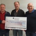 (v.li.): symbolische Spendenübergabe mit Ehrenschützenmeister Lambert Brenninger, Georg Unterreithmeier und 1. Schützenmeister Robert Pitz.