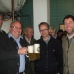 Im Lagerkeller: Frischer geht's nicht - Prost! (rechts im Bild: Geschäftsführer Johannes Rauchenecker leitet uns durch seinen Betrieb)