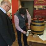 Im Brauereigasthof: 1. SM Robert Pitz hat das Fasser'l professionell o'zapft. Johannes Rauchenecker füllt die ersten Bierglaser'l mit Hohenthanner Hell.