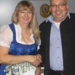 Rösi Stadlöder (Siegerin im Gau-Preisschießen) mit Robert Pitz (1.SM Altschützen Velden)