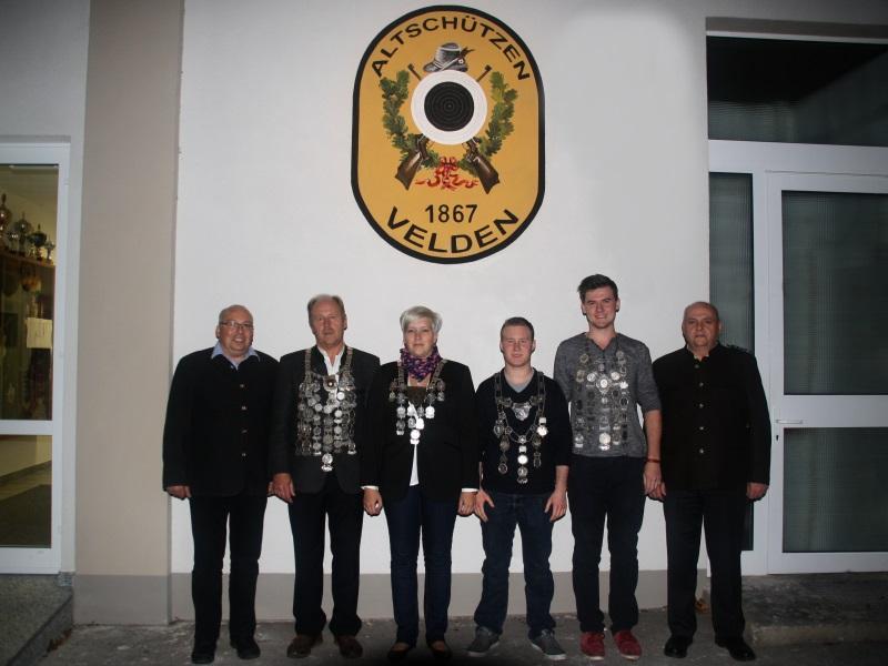 Gruppenbild mit den Gaukönigen 2014 vor dem Schützenheim der Altschützen Velden.