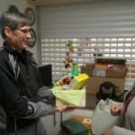 """Der Jubilar Eduard bekam als """"Tomatenbauer"""" ein passendes Geschenk."""