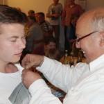 Das könnte wehtun. Martin bekommt als Vereinsmeister in der Jugendklasse seine Nadel angesteckt.