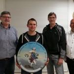 Geburtstagsscheibe zum 60er gestiftet durch die Jubilare Woife (links) und Edi (2ter von rechts) mit Gewinner Sebastian und Schützenmeister Robert