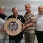 Gaukönigsscheibe gestiftet durch die amtierenden Gaukönige Theresa und Georg (2ter von rechts) mit Gewinner Max und Schützenmeister Robert.