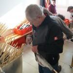 Nach dem Aufstecken der Fische werden diese zur Preisbestimmung gewogen und die Steckerl entsprechend beschriftet.