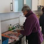 Rosemarie und Ruth beim Abwasch.
