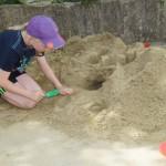 Marie test schon mal den Sandspielplatz. .....