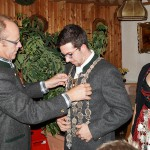 Vorjahres-Gaukönig Georg übergibt die Schützenkette an den neuen Gaukönig-LG, Maximilian. Damit verbleibt dieses Amt in den Reihen der Altschützen Velden.