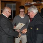 1.SM Robert übergibt die Ehrenurkunde an Hans für die 50 jährige Mitgliedschaft bei den Altschützen Velden