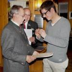 Manfred erhält die Ehrennadel in Gold für 40 jährige Mitgliedschaft im BSSB vom 2.SM Matthias überreicht.