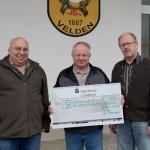 Auf dem Bild zu sehen ist die Spendenübergabe mit Schützenmeister Robert, Ehrenschützenmeister Lambert und Georg.