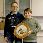 Sieger Severin mit Jugendtrainer Andreas. Geheimes Ziel war die auf dem Kleid links aufgenähte Tasche.