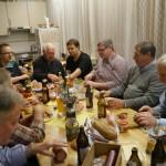 Darauf haben alle gewartet - jeder teilt mit jedem, gemeinsamer Verzehr der kulinarischen Köstlichkeiten aus den Packerl'n.