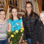 Geburtstagskind Laura konnte nicht bei der Preisverleihung dabei sein - dafür brachten Marlene, Stefanie und Marie ihr den Preis nach Hause. Zuvor sangen sie noch ein Geburtstagsständchen.