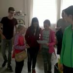 Im Schützenheim: die Team-Einteilung zur Schnitzeljagd ist gemacht. Hier Team 2 bei der ersten Aufgabenanalyse.