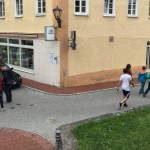 Am Salon Huber, in der Kirchstraße, läuft man sich das erste Mal über den Weg.