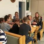 Gemeinsame Brotzeit zum Jugendtreff.