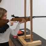 Vielen Jungschützen war das alte Knickluftgewehr zu schwer, daher fand die Schlinge als Hilfsmittel Verwendung.