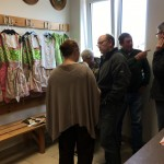 Anprobe der Festkleidung von Trachten-Stoiber für das 150-jährige Gründungsjubiläum der Altschützen Velden