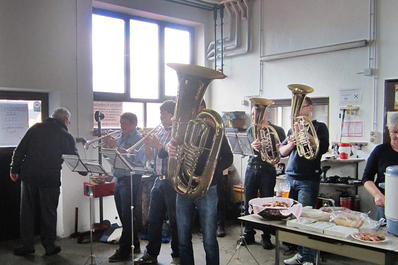 Musikalische Begleitung zum Weißwurstessen in Lambert Brennigers Werkstatt