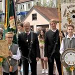 Die Taferlbuam und Fähnriche bei der Aufstellung zum Festzug in der Georg-Brenninger-Straße.