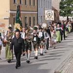 Ehrenschützenmeister O.Seidl führt mit der Veldener Blaskapelle den Festzug an.