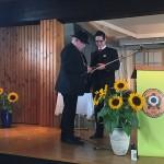 Schützenmeister M.Schwarz übergibt zum Ende der Festreden die Erinnerungsgeschenke an die Vereine aus.