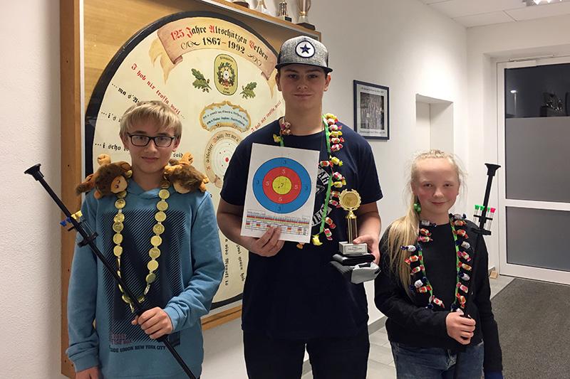 Das Siegertrio des Nikolaus-Preisschießens: L.Schwarz mit dem Zweitplatzierten A.Nardone und M.Wolsky, die den dritten Platz erreichte.