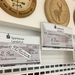 Schecks für die drei Erstplatzierten auf die Jubiläumsscheibe: 1 Preis 750,00€, 2. Preis 500,00€ - gestiftet von den beiden Ehrenschützenmeistern der Altschützen L.Brenninger und O.Seidl jun., 3. Preis 250,00€