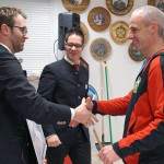 G.Grasser vom Gastverein Eichenlaub Wambach wird zum 2. Platz beim Jubiläumsschießen gratuliert.