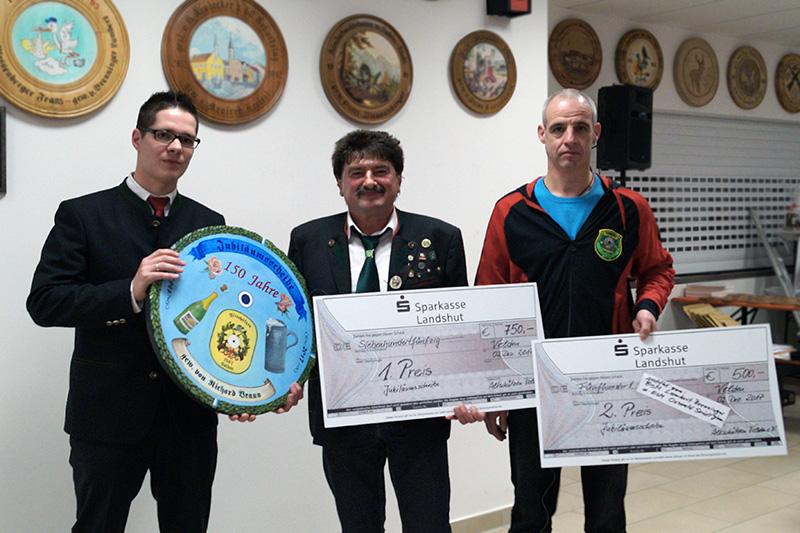 (v.l.): 1.SchM M.Schwarz (Altschützen Velden) mit dem Sieger R.Braun (Lernbachtaler Vilslern) und dem Zweitplatzierten G.Grasser (SV Eichenlaub Wambach) auf die Jubiläumsscheibe