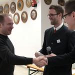 Die beiden Schützenmeister der Altschützen Velden gratulieren Th.Meier - Almenrausch Schützen Velden (99 Ringe, 1. Platz Meister)