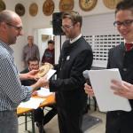 Hier gratulieren die beiden Schützenmeister der Altschützen dem Mannschaftsvertreter der Almenrausch Schützen Velden zum Platz 1 in der Mannschaftswertung (Gesamtteiler 326,3).