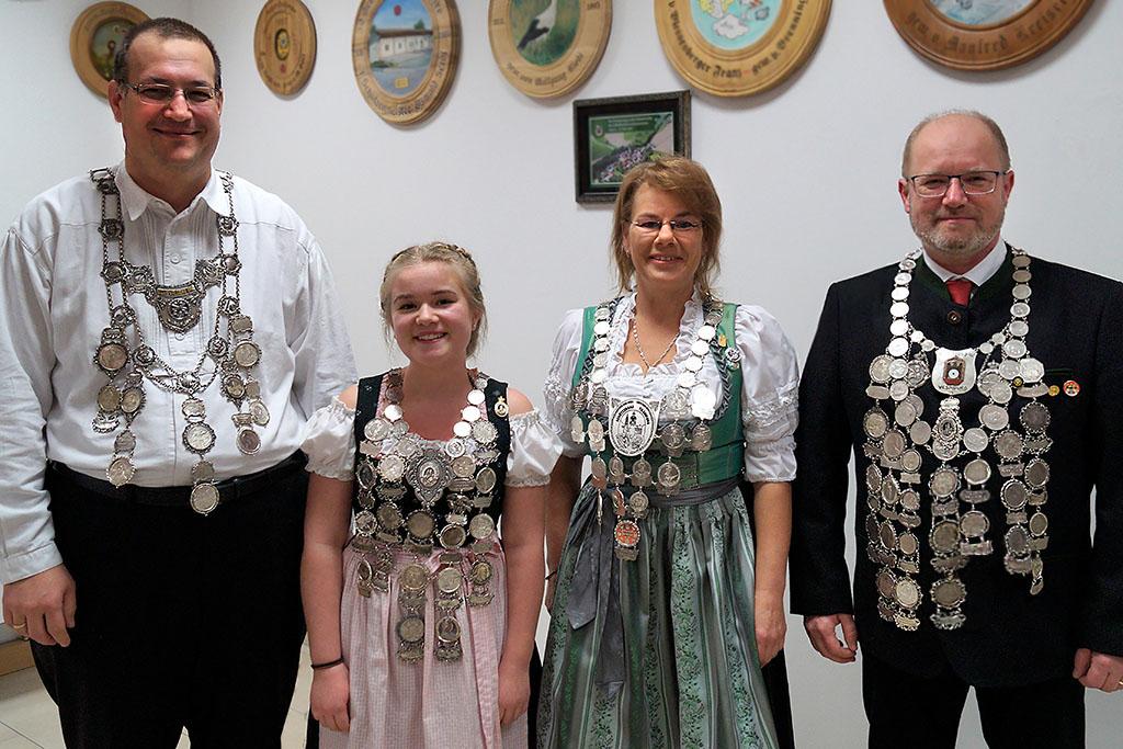 Gaukönige 2017 im Schützengau Vilsbiburg (v.l.): C.Macron (Waldschützen Untersteppach) - Gaukönig Lufpistole; M.Seidl (Altschützen Velden) - Gaukönigin Jugend ; B.Langgartner (Schloßschützen Jetttenstetten) - Gaukönigin Damen; O.Seidl jun. (Altschützen Velden) - Gaukönig Herren