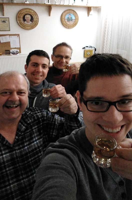 Matthias, Max, Maximilian und Andreas stoßen auf ihren Meistertitel in der Gauoberliga an.