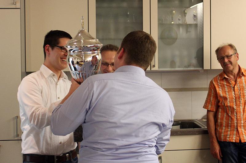 Schützenmeister M.Schwarz übergibt den Championsleaguepokal an das Siegerteam.