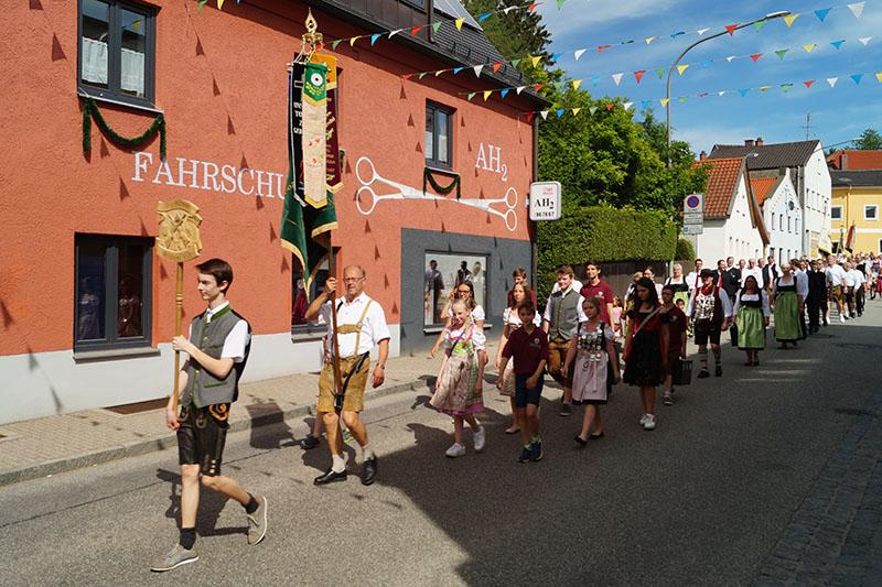 Die Altschützen beim Auszug zum 57. Veldener Volksfest. Allen voran Taferlbua Martin.