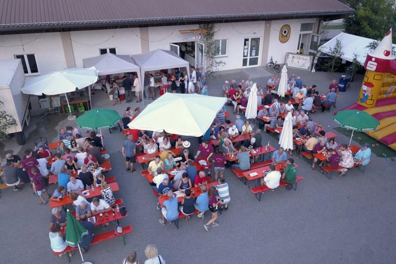 Sommerfest 2K18: Der besuchte Biergarten vor dem Schützenheim der Altschützen Velden.