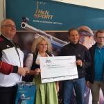 Mitte: Jugendleiterin Ch.Kreisel-Iannucci (Altschützen Velden) nimmt von J.Siemens (Firma H&N) den Förderpreis entgegen.