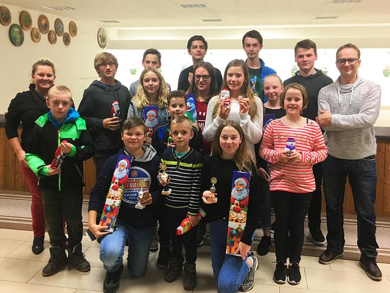 Die Jugendleiter der Altschützen Velden mit den Teilnehmern des Nikolausschießens 2018.