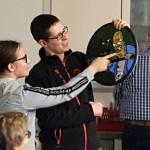 Strohschießen 2019 Jugend: Gemeinsam betrachten Schützenmeister und Siegerin, wo sich das geheime Ziel befand.