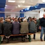 Der weiß-blau geschmückte Schießstand war zum Weißwurstessen prall mit Gästen gefüllt.