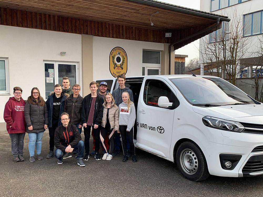 Jugendleiter A.Wolsky mit einigen Wettkampfteilnehmern vor dem Schützenheim der Altschützen Velden. Der Van wurde von Toyota Autohaus Schober aus Velden zur Verfügung gestellt.
